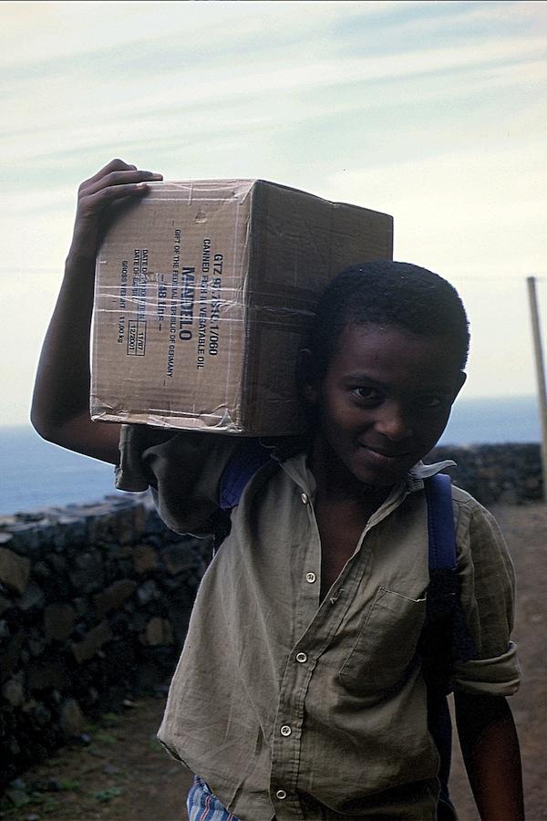 Junge mit Kiste
